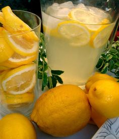 Mix a cup of lemon juice with cup of warm water. Spray onto hair & expose hair to sunlight for minutes. It is a natural lightener. Beauty Care, Diy Beauty, Beauty Hacks, Homemade Lemonade, Lemon Drink, Lemon Water, Body Treatments, Tips Belleza, Beauty Recipe