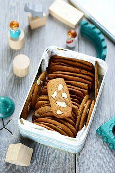 Un dejeuner de soleil: Biscuits croustillants aux épices et aux amandes