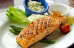 Eating a diet rich in fatty acids — healthy fats found in abundance in oily fish such as salmon — may protect against premature aging of the brain and memory problems in late middle age, according to a study published today in the journal Neurology. Healthy Chef, Healthy Fats, Healthy Eating, Healthy Recipes, Salmon Recipes, Fish Recipes, Good Food, Yummy Food, Protein Power