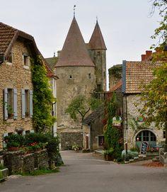 Place de village   Châteauneuf-en-Auxois (France)