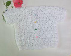 JERSEY DE BEBÉ DE PRIMERA POSTURA DE MANGA CORTA TEJIDO A MANO EN HILO DE COLOR BLANCO Y PUNTO FANTASÍA Y OCHITOS   MI TIENDA EN ARTESANUM ... Short Sleeve Dresses, Dresses With Sleeves, Knitting For Kids, White Shorts, Crochet, Lace, Sweaters, Tops, Women