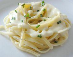 Pates sauce ail parmesan pour 4 personnes 500gr de pâtes linguine 40cl de crème fraiche 170gr de parmesan 2 gousses d'ail poivre et aromates ( ciboulette ou persil )