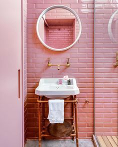 Hey pinky – you're a bit of fun for a Wednesday! Hit the link in our profile to find out how you can re-create this bright look. Architecture by Flavio Miranda of E Studio FM. Photography by Alessandro Guimarães.