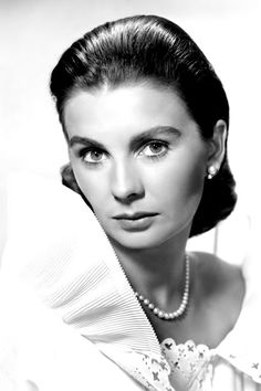Jean Simmons, 1955 It's appropriate that Simmons looked prim: In 1955 she starred opposite Marlon Brando in Guys and Dolls, playing the Save-A-Soul Mission's Sarah Brown. Old Hollywood Stars, Hollywood Icons, Old Hollywood Glamour, Hollywood Walk Of Fame, Golden Age Of Hollywood, Vintage Hollywood, Hollywood Actresses, Classic Hollywood, Jean Simmons
