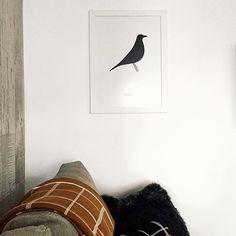 """O pôster """"Bird"""" que desenhamos para a @oppadesign foi destaque ontem no @apartamento.33  Ele ficou lindo com moldura branca deixou decoração com estilo nórdico do apartamento ainda mais incrível.  - Visite @apartamento.33 e veja o diário de decoração.  - Mais imagens #PosterBirdNCDJ - #nacasadajoana #abaixoasparedesvazias #pôster #posters #quadros #enquadrados #design #decoração #decor #interiordesign #pinterest #meunacasadajoana #casa #lar #charleseames #birdeames #eamesbird"""
