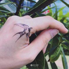 Tatuajes para tus dedos que no te harán ver como una wanna be