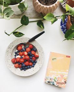 vaniljsoygurt med jordgubbar och blåbär från torget. och lite läsning till det. 🍓🍧