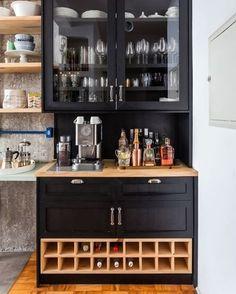 Inspiração para quem tem pouco espaço: bar, adega e café no mesmo móvel!#decor #decoração #móveis #kitchen