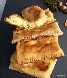 Brânzoaice prăjite la tigaie sau plăcinte umplute cu brânză dulce   Savori Urbane