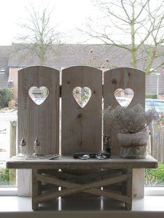raamscherm 3 luik Rien, wit met hart | wooden window screen with heart. www.desoetelaer.nl