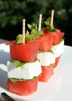 and I loooooooved it! brochettes pasteque (watermelon), feta et menthe! Yummy Snacks, Healthy Snacks, Yummy Food, Best Appetizers, Appetizer Recipes, Tapas, Watermelon And Feta, Sweet Watermelon, Snacks Für Party