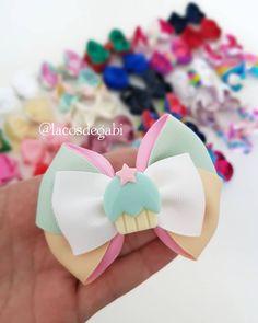 A imagem pode conter: flor Kids Hair Bows, Baby Girl Hair Accessories, Hair Kit, Metal Headbands, Diy Bow, Diy Headband, Bow Hair Clips, Ribbon Bows, Diy Hairstyles