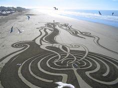 Entre deux marées, Jim magnifie les plages en dessinant de magnifiques oeuvres éphémères sur le sable