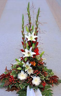 Hög sorgdekoration i vitt och rött med gladiolus, liljor, chyrsanthemum Anastasia, hypericum  Nr 17H