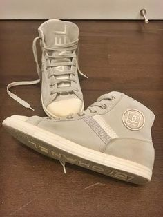 This is a place to sell, rent, swap and share goods and services with the other members of the marketplace. Chanel Canvas, Goods And Services, High Top Sneakers, Autumn Fashion, Buy And Sell, Street Style, Fall, Stuff To Buy, Fashion Design