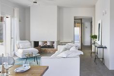 Salón en color blanco de una casa en Grecia Living Area, Living Room, House By The Sea, Winter House, Traditional House, Architecture, Decoration, Modern Farmhouse, Terrace
