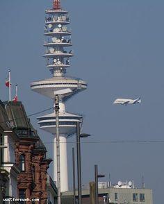 Fernsehturm Hamburg, und ein Airbus Beluga (A300-600ST) im Anflug auf Finkenwerder