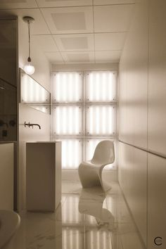 Vitra Design Kwartier Den Haag Studio van t Wout bathroom white marble Panton Chair