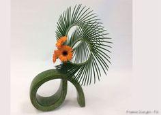 Imagem relacionada Sogetsu Ikebana, Floral Arrangements, Flower Arrangement, Flower Show, Planting Flowers, Floral Design, Creations, Delicate, Leaves