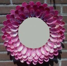 Lepeltjes kleuren met bijv nagellak. Verschillende lagen maken. Spiegel in het midden plaatsen.