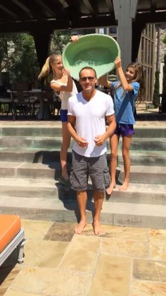 Tim McGraw's family helps him complete the Ice Bucket Challenge
