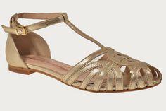 Sandalias de moda en piel dorada de la casa Alpe