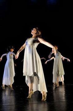 No mês de novembro acontecerá a festa dos jovem na nossa igreja e eu estou buscando inspiração para o nosso vestido de coreografia  Cada um...