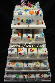 Tarta de bodas con pastel y mini pasteles cupcakes