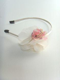Serre_tête écru, bel effet, pour accessoiriser votre coiffure lors d'un #mariage. Source : CetaelleCetalui.com