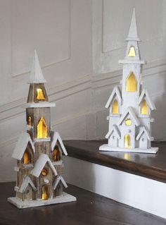 Dřevěný kostelík s LED osvětlením na baterie a časovačem, asi 20 x 10,5 x 49 cm, cena 599 Kč; Cellbes