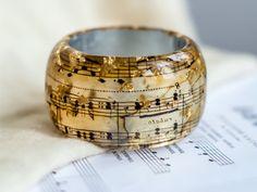 Das ist eine Kopie eines alten Musik-Briefpapier mit Mozarts Sinfonie 40. Musiknoten rund um die Bangle, fließen, so dass Sie die Sinfonie fühlen können, wenn Sie sie tragen. Es gibt goldene Folie Flocken innerhalb des Harzes und eine Silberfolie aus dem Inneren des dem Armreif, die das Briefpapier mehr glänzend macht. Bitte denken Sie daran die Größe des dem Armreif!!! Armreif-Größe: L Innendurchmesser: 6.9cm/2.72inch Sie erhalten genau das gleiche Stück, das Sie auf den Bildern zu se...