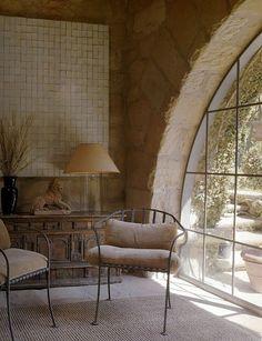 Incrível janela de aço e vidro, em arco! As paredes em tijolos também são espetaculares.