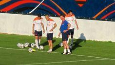 Van Gaal com Robben, Van Persie e De Vrij no treino da Holanda (Foto: Thales Soares)