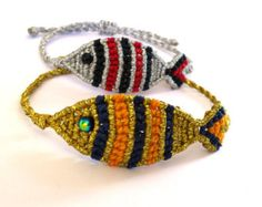 Fish macrame bracelet in two different combinations of colours. Adjustable closure to fit almost all sizes. Hemp Jewelry, Macrame Jewelry, Macrame Bracelets, Handmade Bracelets, Macrame Design, Macrame Art, Micro Macrame, Friendship Bracelet Patterns, Friendship Bracelets