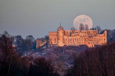 Estupenda captura de la salida de la Luna llena sobre el Castillo de Janowiec en Polonia. La fotografía fue tomada al atardecer del viernes, 10 de febrero de 2017, con una cámara Canon EOS 50D y un objetivo Sigma (70-300mm), distancia focal de 300mm. Tiene un tiempo de exposición... #luna #polonia