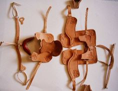 Model horse western saddle tutorial Schleich Horses Stable, Horse Stables, Horse Tack, Barbie Horse, Bryer Horses, Horse Treats, Diy Accessoires, Horse Love, American Girl Crafts