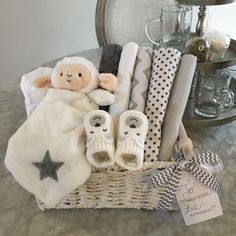 DIY Gender Neutral Baby Shower Basket Gift - Baby Diy - DIY Gender Neutral Baby Shower Basket gift The Effective Pictures We Offer You About baby room idea - Cadeau Baby Shower, Deco Baby Shower, Baby Shower Gift Basket, Baby Gift Box, Shower Bebe, Baby Baskets, Diy Baby Gifts, Baby Shower Parties, Baby Boy Shower