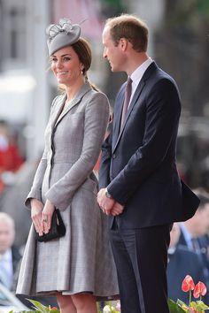 A duquesa de Cambridge Kate Middleton ao lado do marido, Príncipe William, durante cerimônia de boas-vindas ao presidente de Singapura, Tony Tanat, em Londres. É a primeira aparição de Kate desde o anúncio de sua segunda gravidez (Foto: AP Photo/Leon Neal, Pool) - http://epoca.globo.com/tempo/fotos/2014/10/fotos-do-dia-21-de-outubro-de-2014.html