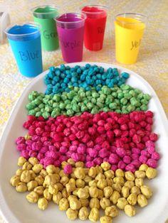 attività sensoriale con ceci colorati Baby Games, Games For Kids, Diy For Kids, Crafts For Kids, Activities For 2 Year Olds, Color Activities, Montessori Activities, Preschool Activities, Reggio Children