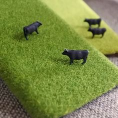 しばケータイ(牛さん) iPhoneケース・カバー ハンドメイド通販・販売のCreema  ジオラマ模型用の人工芝をカットして作った、ダイナミックなデザインのモバイルケース。