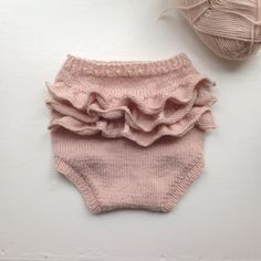 Ruffle Bloomers in Sandnes Lanett Baby Wool Knitting For Kids, Knitting For Beginners, Baby Knitting Patterns, Baby Outfits, Kids Outfits, Bobe, Baby Bloomers, Baby Sweaters, Diy Clothes
