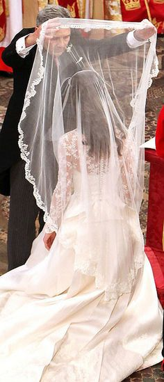 I'm not going to have a veil... but Kate's was beautiful.