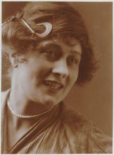 """""""Portrait de jeune femme souriante en buste"""" de Charles Augustin Lhermitte. Paris, musée d'Orsay - Photo (C) RMN-Grand Palais (musée d'Orsay) / Hervé Lewandowski"""
