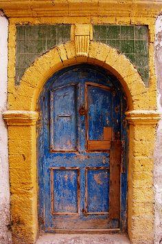 Puerta vieja de lindos colores // Arquitectura