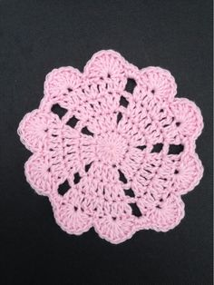 This is how my heart mandala pattern started. I will now share the begin to the heart mandala , and this is very cute to have to a coaster! Start to chain 4 to a ring,or a magic ring. 15 dc in the ri Crochet Round, Crochet Squares, Crochet Home, Crochet Motif, Crochet Doilies, Crochet Flowers, Crochet Stitches, Knit Crochet, Crochet Granny