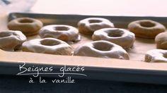 Beignes glacés à la vanille | Cuisine futée, parents pressés Quebec, Desserts With Biscuits, Cake Bars, Cooking Recipes, Healthy Recipes, Doughnut, Donuts, Sweet Tooth, Bakery