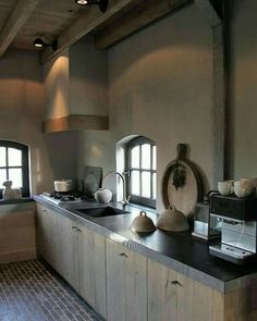 the windows and the floor Industrial Style Kitchen, Rustic Kitchen, Kitchen Dining, Kitchen Decor, Italian Home, Rustic Italian, Kitchen Hoods, Kitchen Cabinets, Concrete Kitchen