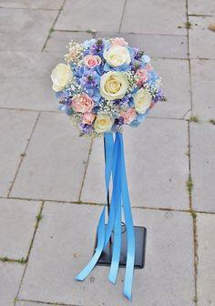 Bruidsboeket - Handgebonden biedermeier met witte en roze rozen, wit gipskruid, lila hyacintje en blauwe hortensia. Afgewerkt met blauwe linten. www.meesterlijkgroen.nl
