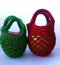 This Mini Crochet Gift Bag is the perfect little gift to give a friend or relative this holiday season. Homemade gifts are always a personal remembrance.