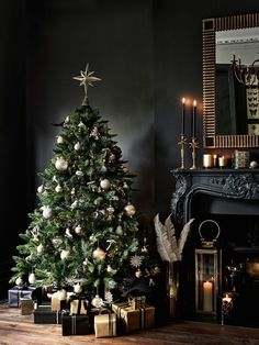 christmas tree design Dark tones and festive interior: why not Christmas Tree Design, Beautiful Christmas Trees, Noel Christmas, Christmas And New Year, Christmas Tree Decorations, House Decorations, Christmas Tree And Fireplace, Luxury Christmas Tree, Ornaments Ideas